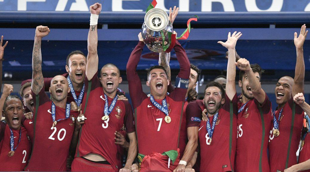 El jugador de Portugal, Cristiano Ronaldo, centro, levanta el trofeo de campeón de la Eurocopa trras vencer 1-0 a Francia en la final el domingo, 10 de julio de 2016, en Saint-Denis, Francia. (AP Photo/Martin Meissner)