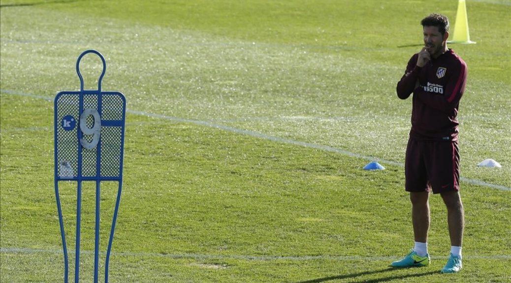 GRA053  MAJADAHONDA  16 09 2016 - El entrenador del Atletico de Madrid  el argentino Diego Simeone  durante el entrenamiento realizado hoy en el Cerro del Espino  en Majadahonda  donde el equipo prepara el partido de la cuarta jornada de Liga de Primera Division  que les enfrenta al Sporting manana sabado en el estadio Vicente Calderon  EFE Juan Carlos Hidalgo